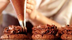 Frusta che convoglia i bigné del cioccolato del confettiere di abilità archivi video
