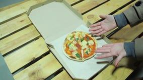 Frustração profunda do cliente da pizaria, pizza pequena, serviço mau, decepção vídeos de arquivo