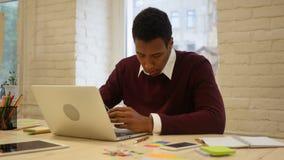 Frustracja niepowodzenie w zadaniu, Pracujący mężczyzna w biurze zdjęcie wideo