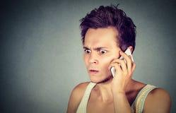 Frustrado, cabreado por alguien que escucha en el teléfono móvil Fotos de archivo