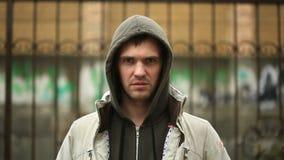 Frustrado por el tiempo, colocándose en la lluvia El hombre desafortunado almacen de metraje de vídeo