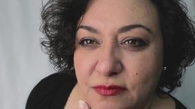 Frustraited ser den ilskna kvinnan något med dålig inställning och discust arkivfilmer