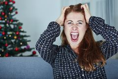 Frustran a la chica joven sobre la Navidad Foto de archivo libre de regalías