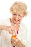 Frustrant aîné avec le capuchon de prescription photographie stock libre de droits