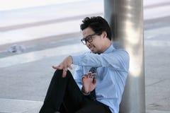 Frustrated ha sollecitato il giovane uomo d'affari asiatico che getta la carta sgualcita Concetto depresso di affari fotografie stock