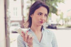 Frustrated molestó a la mujer triste con el exterior derecho del teléfono móvil en la calle Fotos de archivo libres de regalías