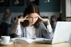 Frustrated subrayó al estudiante que aprendía el examen difícil con el ordenador portátil Foto de archivo libre de regalías