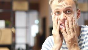 Frustrated subrayó al hombre de negocios chocado, pérdida del mercado financiero, reaccionando a las noticias almacen de video
