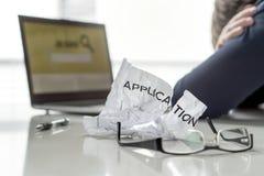 Frustratie in baanonderzoek De werkloze man schuint ` af vindt het werk De werkloze, droevige, verwarde, ongerust gemaakte en ver stock foto's