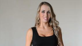 Frustratie Boze en beklemtoonde jonge vrouw op grijze achtergrond stock footage