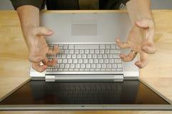 Frustration auf dem Laptop stockfoto