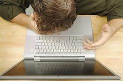 Frustration auf dem Laptop lizenzfreie stockfotos