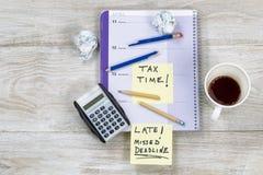 Frustration beim Handeln von Steuererklärungen Lizenzfreies Stockfoto