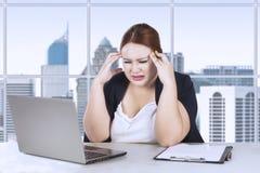 Frustration för kvinnlig arbetare med hennes jobb Arkivfoto