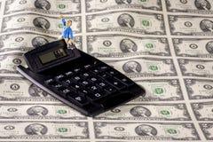 Frustration mit Geld und Zahl kam in Taschenrechner herein Lizenzfreies Stockbild