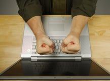 Frustrazione sul computer portatile Fotografia Stock Libera da Diritti