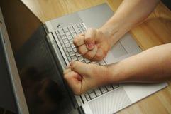Frustrazione sul computer portatile Fotografie Stock Libere da Diritti