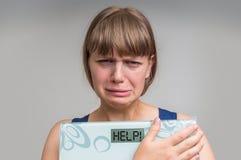Frustrerad överviktig kvinna som rymmer digital våg med HJÄLP! Arkivbilder
