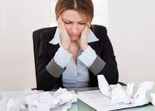 frustrerad affärskvinna royaltyfria bilder