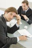 Frustrerad affärsman With Manager Shouting på honom Royaltyfri Fotografi