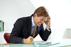 Frustrerad affärsman Sitting At Desk i regeringsställning U Arkivfoton