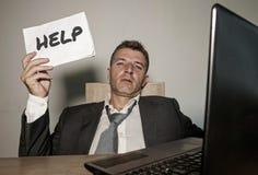 Frustrerad affärsman som är desperat på notepaden för innehav för skrivbord för kontorsdator med hashtagen mig som för är metoo s royaltyfria foton