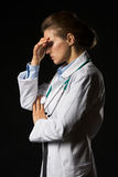 Frustrerad doktorskvinna som isoleras på svart royaltyfri fotografi