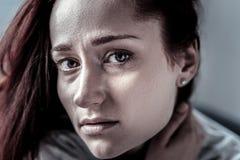Frustrerad ensam kvinna som ser den raka annonsen som trycker på till hennes hals Fotografering för Bildbyråer