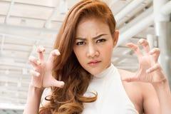 Frustrerad ilsken asiatisk kvinnastående för rubbning fotografering för bildbyråer