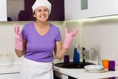Frustrerad kock som vrider om hennes händer i desperation arkivfoton