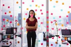 Frustrerad kontorsarbetare med den ledsna emoticonen på mun Royaltyfria Foton