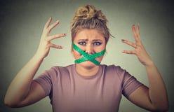 Frustrerad kvinna med att mäta bandet runt om hennes mun Banta begränsningen och belasta Fotografering för Bildbyråer