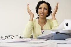 Frustrerad kvinna med kostnadskvittot Arkivfoton
