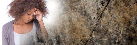 Frustrerad kvinna- och bruntgrungeövergång Fotografering för Bildbyråer