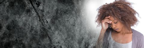 Frustrerad kvinna- och grå färggrungeövergång Arkivfoton