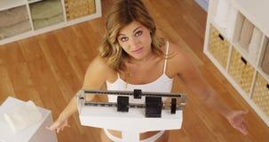 Frustrerad kvinna som är olycklig med viktvinst Royaltyfri Bild