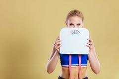 Frustrerad kvinna som är olycklig med viktvinst Arkivbild