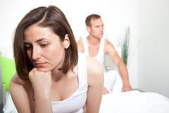 Frustrerad kvinna som erfar intimitetproblem Arkivfoto