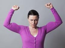 Frustrerad kvinna som visar hennes starka muskler för självständighet Royaltyfria Bilder