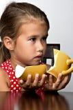 Frustrerad liten flicka med en bruten kopp Royaltyfri Fotografi