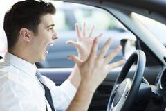 Frustrerad man som kör bilen Arkivfoto