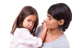 Frustrerad skriande dotter med hennes brunn-att bry sig moder, begrepp Arkivfoton
