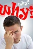 Frustrerad stilig tonåring som frågar sig därför? Varför? Arkivfoto