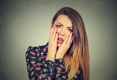Frustrerad stressad kvinna med händer på framsidarubbningen omkring som gråter Fotografering för Bildbyråer