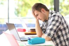Frustrerad student på linje i klassrum arkivfoto