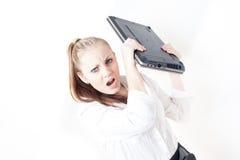 Frustrerad ung affärskvinna som kastar hennes bärbar dator Royaltyfri Bild