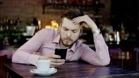 Frustrerad ung affärsman i en restaurang lager videofilmer
