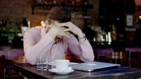 Frustrerad ung affärsman i en stång arkivfilmer