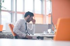 Frustrerad ung affärsman på arbete Arkivbild