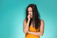 Frustrerad ung kvinna som har ett dåligt hår arkivfoto